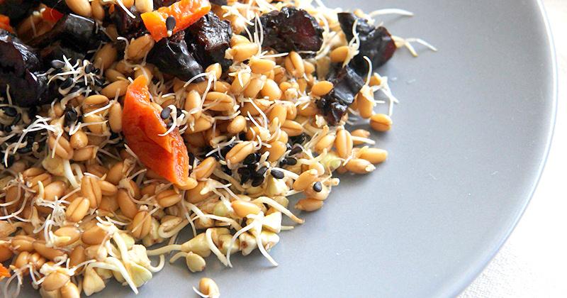 Укрепляющий салат из проростков - гречки, пшеницы, кунжута