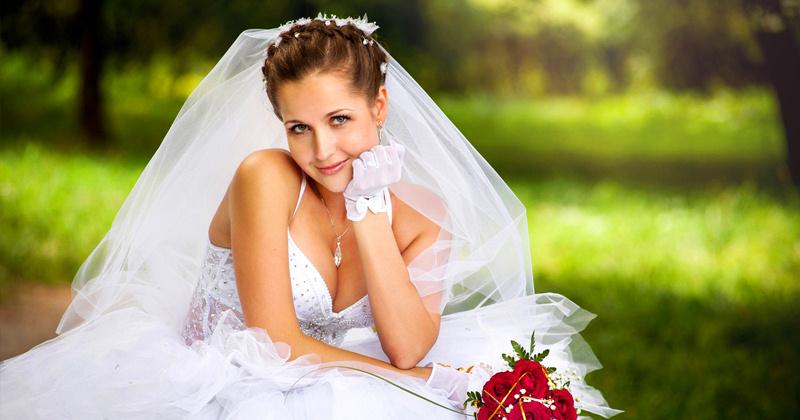 Свадебное платье c фатой на природе